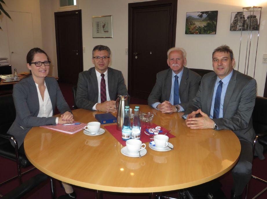 Besuch beim Staatssekretär Werner Gatzer im BMF: (v.l.nr.) Nadine Nastola (Koordination DZM beim BMF), Werner Gatzer (Staatssekretär beim BMF), Karl Heinz Speicher und Jörg Bloy (beide DZSH)