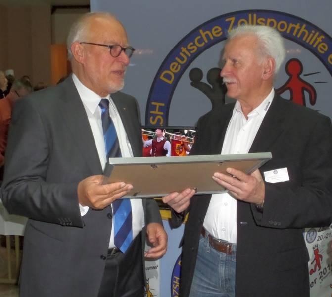 Klaus Leprich erhält von Karl Heinz Speicher am Rande des BDZ-Gewerkschaftstages 2014 in Magdeburg die Urkunde über seine Ehrenmitgliedschaft in der DZSH