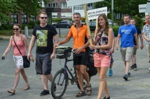 Beim Einmarsch der Sportler gemeinsam mit Kolleginnen und Kollegen aus Sachsen-Anhalt